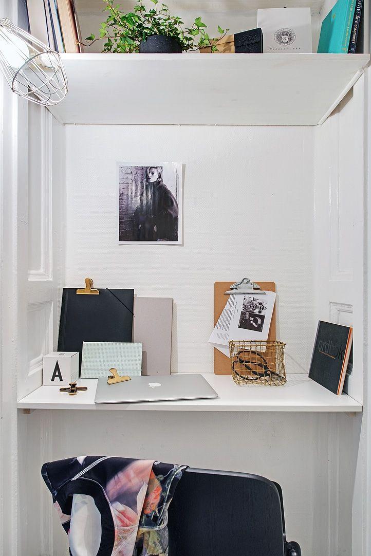 Platsbyggt skrivbord i gammal dörröppning