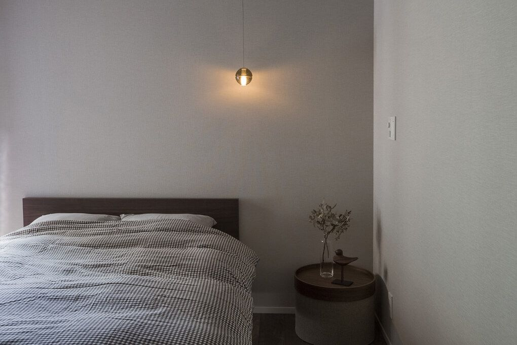 シンプルでゆったりできるベッドルーム 照明は 玄関と同じものを使用