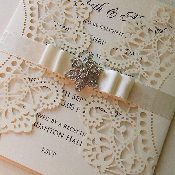 Muy lindo este detalle puede ser una opcion parecida para tus tarjetas. #bahiaconvenciones #convencionesbogota #eventosbogota #matrimonios #wedding #tarjetas  #invitacion #weddinginvitation #lasercut #weddingplanning #weddingday #party #fiesta #bogota # by bahiaconvenciones