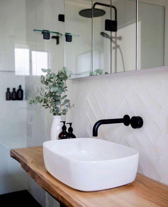 Une salle de bain en noir, blanc et bois... Le chic indémodable...