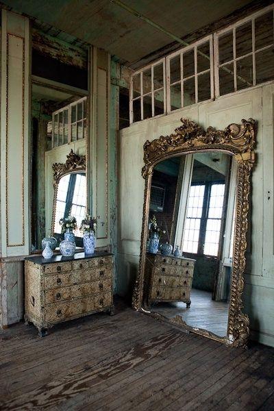 Que gran espejo!! Lo pintaria de blanco!!   {there is nothing like ...