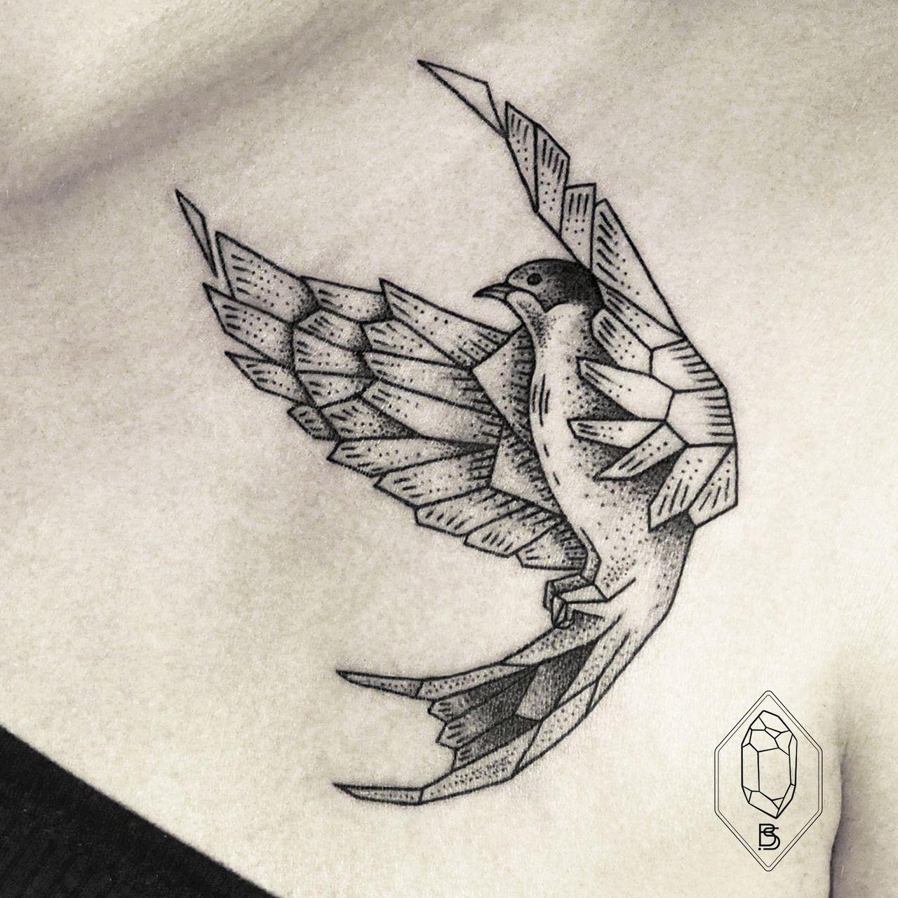 tatouage d 39 hirondelle graphique g om trique toujours en vol juste magnifique tatouage. Black Bedroom Furniture Sets. Home Design Ideas