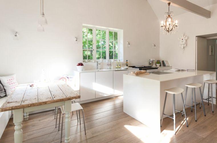 Idea per allestire delle cucine shabby chic moderne bianche con un