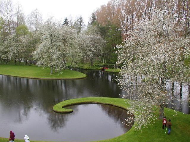 Il giardino della speculazione cosmica, un giardino inglese ispirato dai principi della fisica Uno dei laghi che punteggiano il giardinoispirato dai principi della fisica