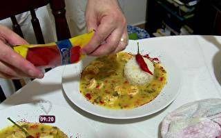 João serve o prato principal e a sobremesa aos convidados