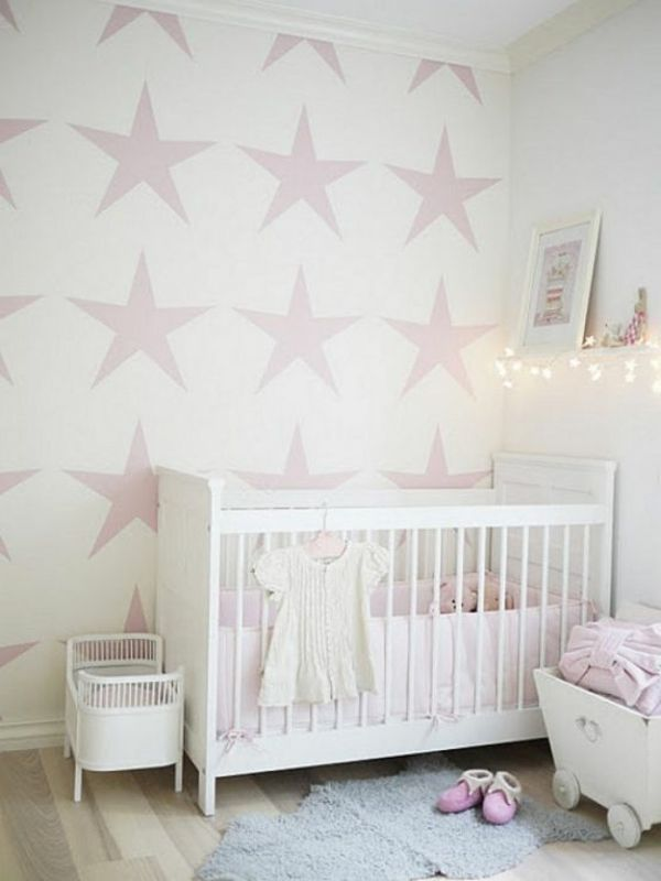 wei es babybett und rose sternen an der wand baby kinderzimmer babyzimmer und. Black Bedroom Furniture Sets. Home Design Ideas
