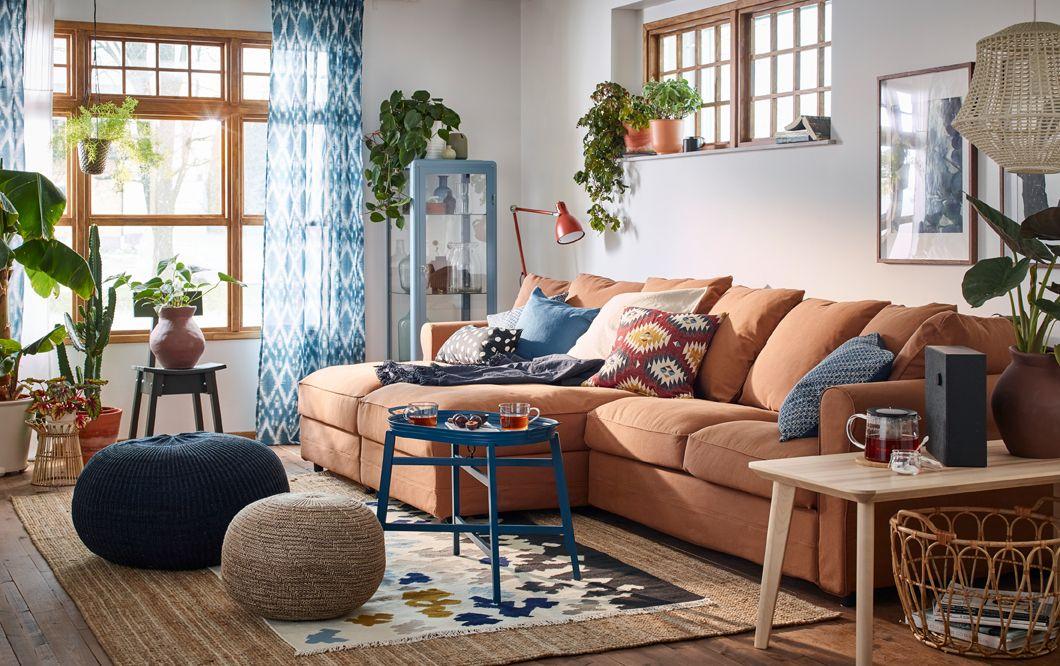 Un salon chaleureux et douillet dans les tons beige,, bleu et brun ...