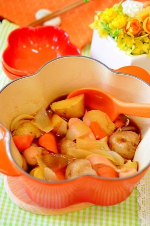 「魚肉ソーセージで激安☆肉じゃがならぬ!魚肉じゃが」お肉が高いので、魚肉ソーセージで代用しました。魚肉ソーセージから、いい出汁が出て美味しくなります。材料を全部鍋に入れたら、後は煮込むだけ!とても簡単ですよ。【楽天レシピ】