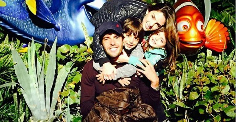 "Carol Celico posa com Kaká e os filhos: ""Inseparáveis"""