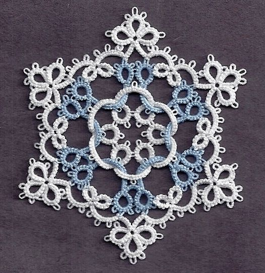 Tatting Fool: Quantiesque. Use of color really highlights interlaced design.