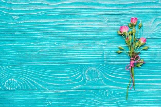 Flores Decorativas No Azul Superfície De Madeira