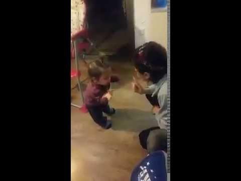 niña discute con su madre