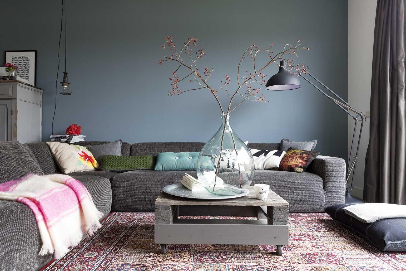 bank, muur, salontafel, groot zitkussen... allemaal mooi! En de lamp ...