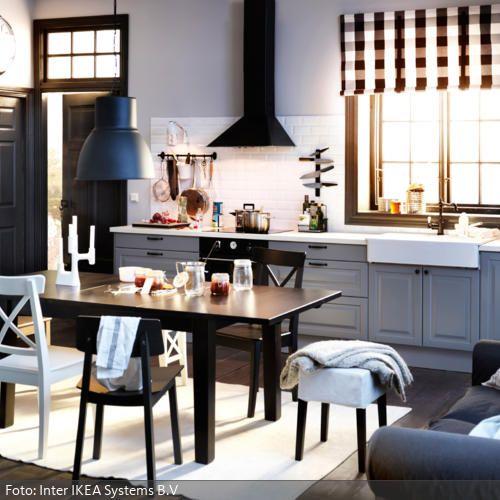 Industrieleuchte in schwarz-weiß gestalteter Küche roomido - ikea kuche schwarz weiss