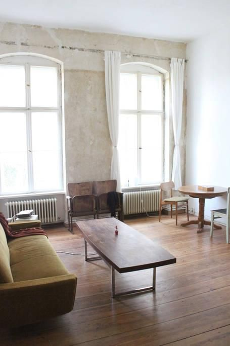 Minimalistisches Wohnzimmer In Berliner Altbauwohnung Minimalism Altbau Holzdielen