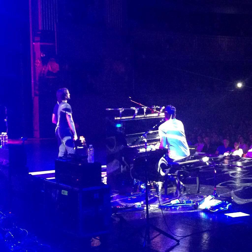 Momento mágico con @juanes y @PabloLopezMusic con #VolverteAVer en el #UniversalMusicFestival #TeatroReal