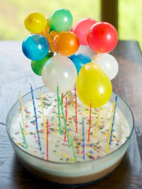 Tarta decorada con globos de agua inflados con aire