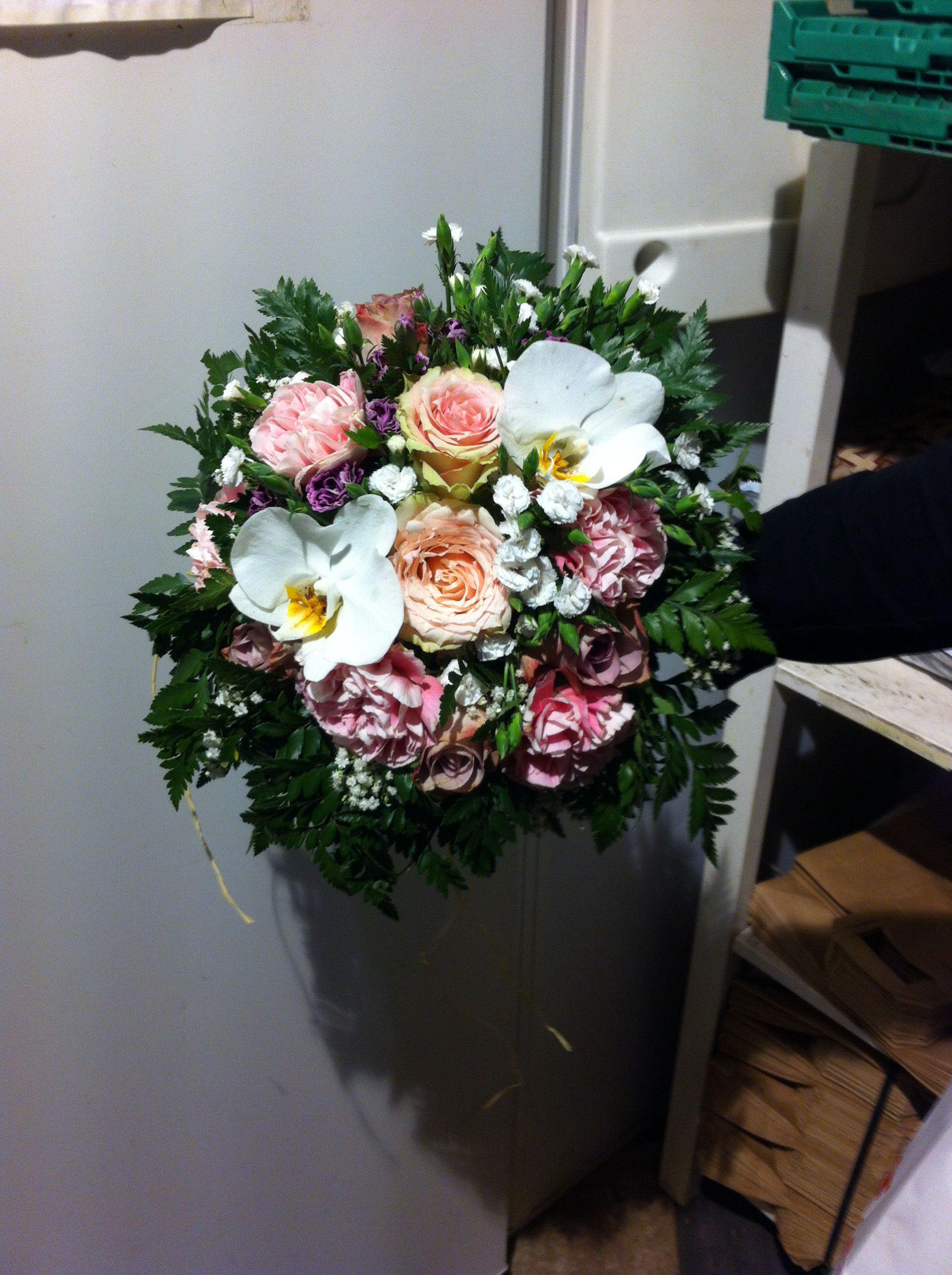 Siden den dagen jeg dro til blomsterbutikken etter skolen lagde alle sine brudebuketter, sa Kara (sjefen) at jeg også skulle lage min egen bukett. Jeg skulle bestemme hva som er pent og hva som skulle være med i buketten. Jeg fikk altså lov til å velge mellom alle blomstene som var i butikken!<3