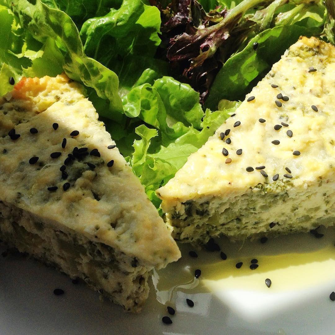 Torta de Ricota com Brócolis  uma ótima opção pra uma almoço light acompanhado de uma salada pra dar aquele frescor!! #eatclean #lowcarb #saladaverde #naturalfood #reeducaçãoalimentar #lowfat #fibras #yummy #gergilimpreto by naturalfoodcongelados