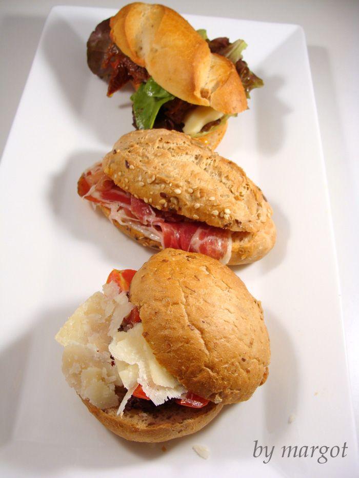 Bocadillos variados:  1. lechugas mezclum,tomates cherry,tomates secos en aceite y queso emental  2. Pan con tomate y jamón serrano.  3. tomates cherry, parmesano, y  olivada
