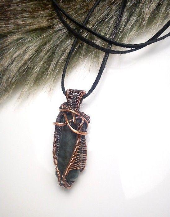 Aký kameň si vybrať, význam kemňov, medený drôtený šperk, prívesok s kameňom, smaragd, meď, drôt.