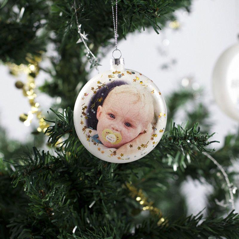 Kvalitetsjulekugle i eget design til juletræet i hjemmet, firmaet eller butikken. Glaskugle i 8x8x2 cm med tryk på begge sider.