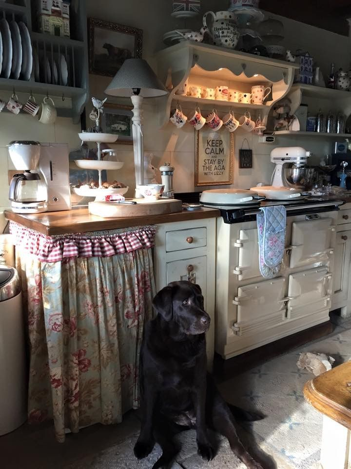 I Love The Cozy Atmosphere And Arrangement Of This Kitchen Area Especially The Shelf With The Lights What A Great Idea Cuisine Confortable Cuisine Cottage Et Decoration Cuisine