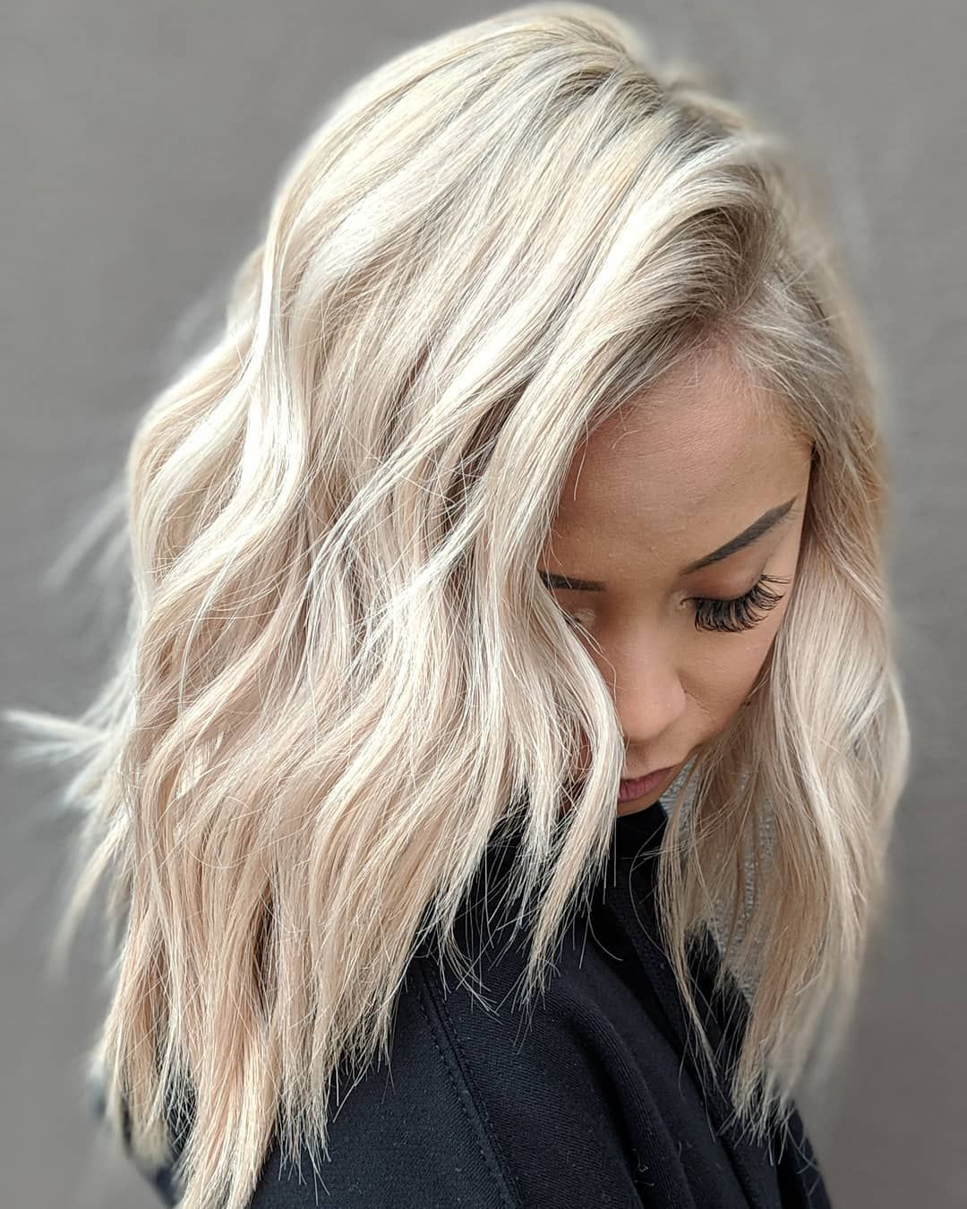 This beige blonde hair color with golden undertones, aka champagne hair, is perfect for New Years. #champagneblondehair