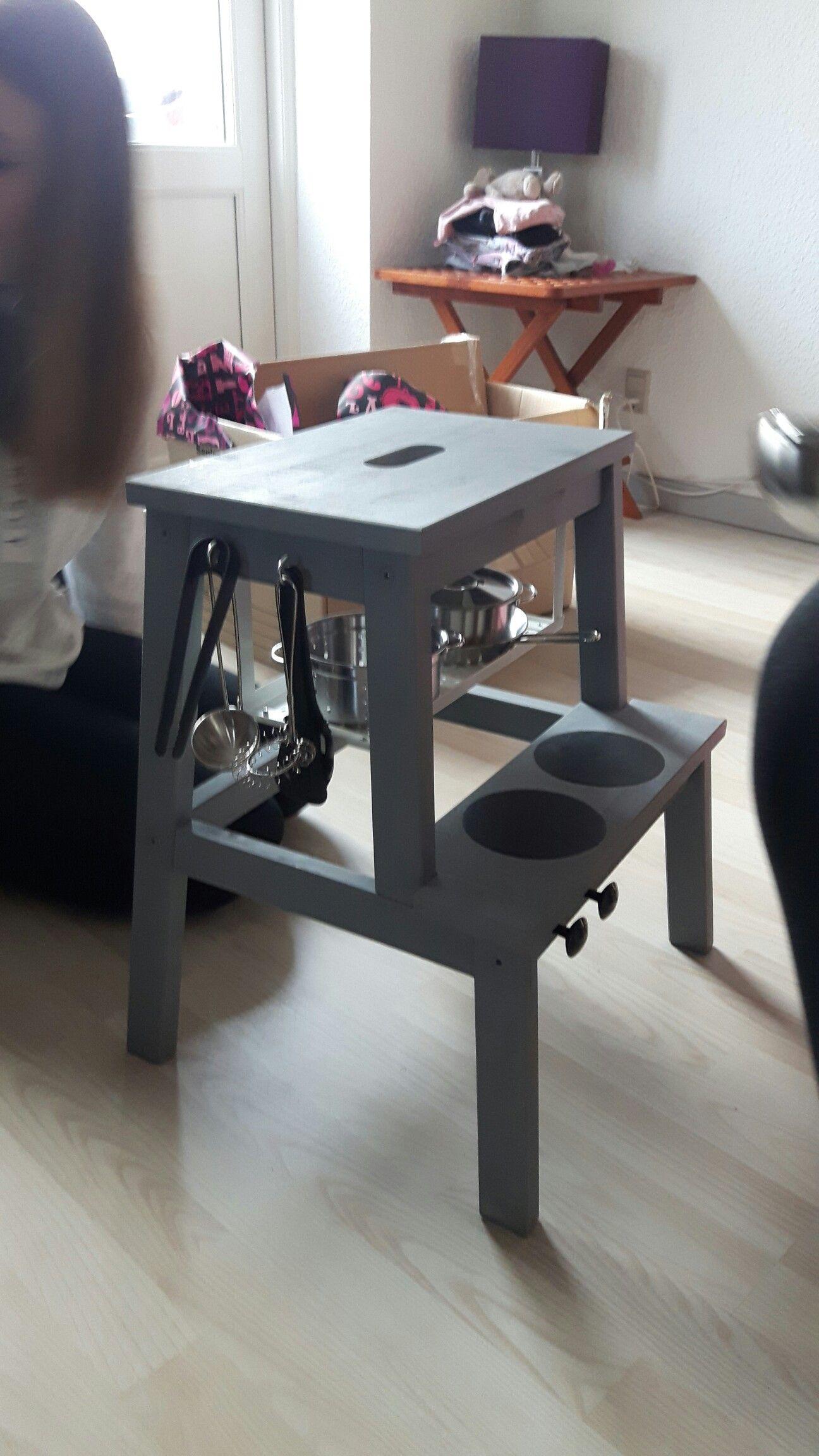 Legekøkken til min lille niece. Skammel malet og monteret med knopper og kroge og en lille hylde.
