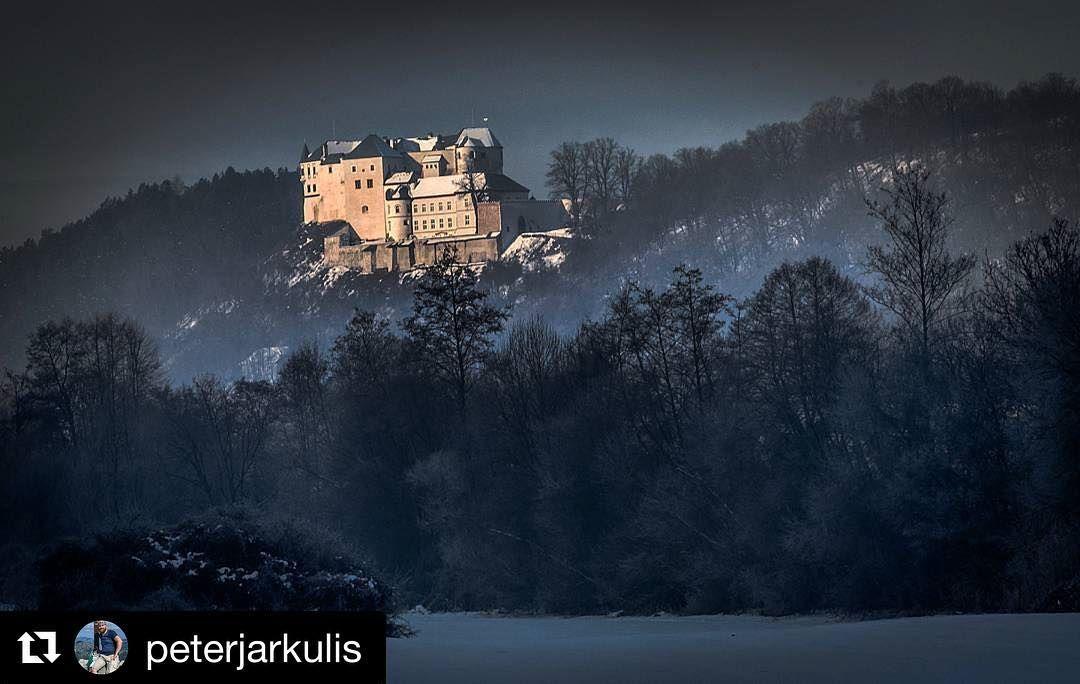 """Zachytené """"na pána""""  #praveslovenske od @peterjarkulis  Slovenská Ľupča #slovakia #slovensko #history #castle #landscape #forest #trees #hill #winter #slovenskalupca"""