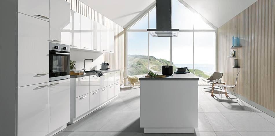 witte hooglans keuken met grepen op de fronten en kookeiland schuller keuken via tieleman. Black Bedroom Furniture Sets. Home Design Ideas