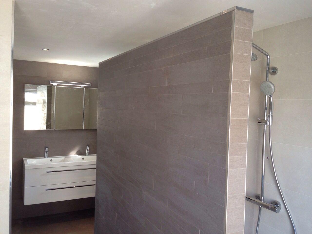 Wildverband Tegels Badkamer : Badkamer met wildverband tegels en stucplafond. gerealiseerd door