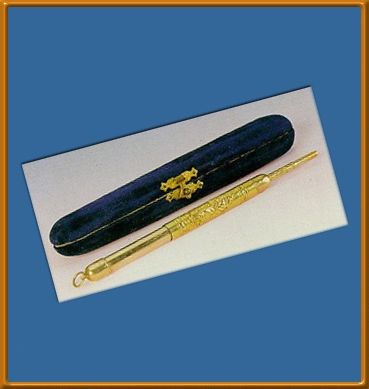 ATATURK PERSONAL LEAD PENCIL: Top side is made of gold is cyclic. İiçeri has a thinner portion of the long end. Floral motifs on the body and grapes are processed.