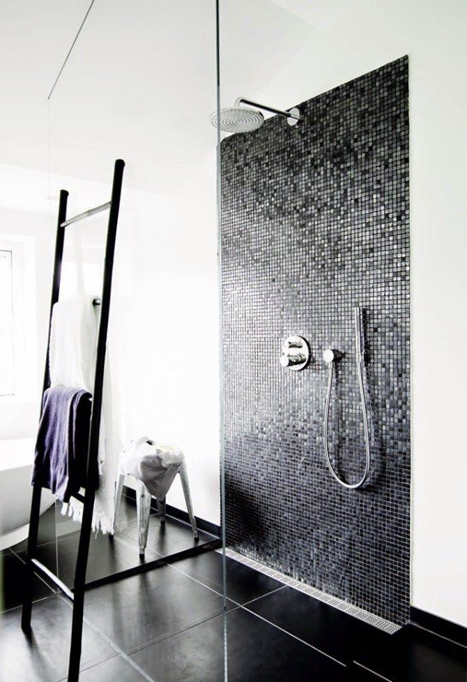 Salle de bain en noir et blanc, douche à lu0027italienne délimitée par