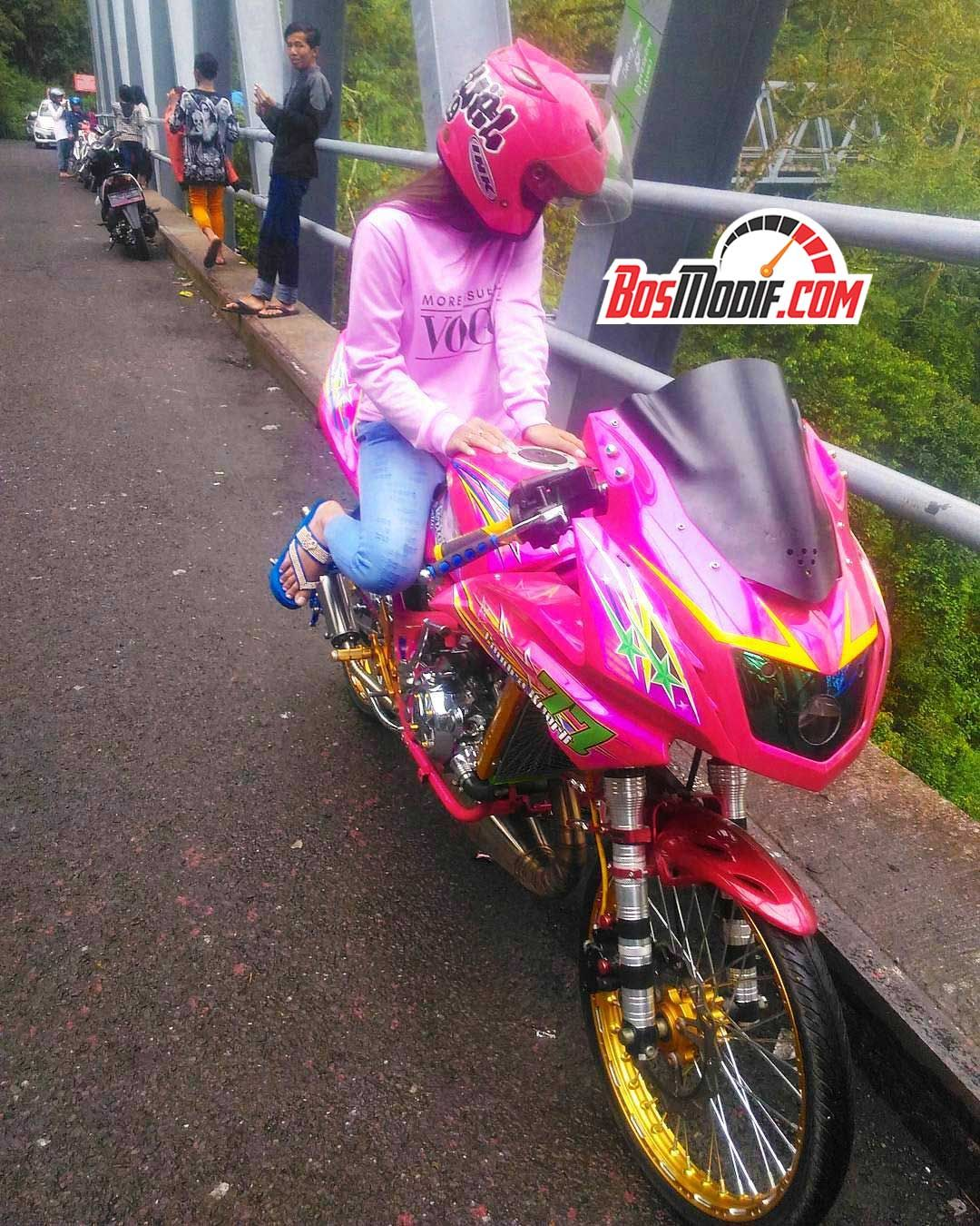 Modifikasi Motor Kawasaki Ninja Dan Cewek Warna Pink 1 Mobil