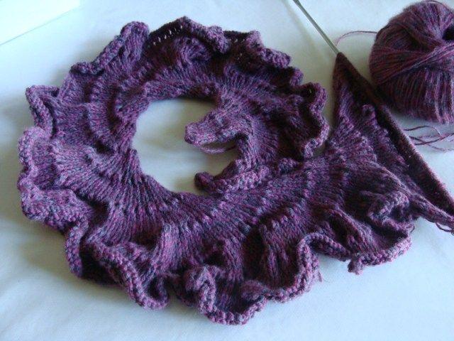 c5c4f92b1df8 Une écharpe frou frou au tricot   je vous propose cette écharpe qui est  beaucoup facile à faire qu elle n y parait