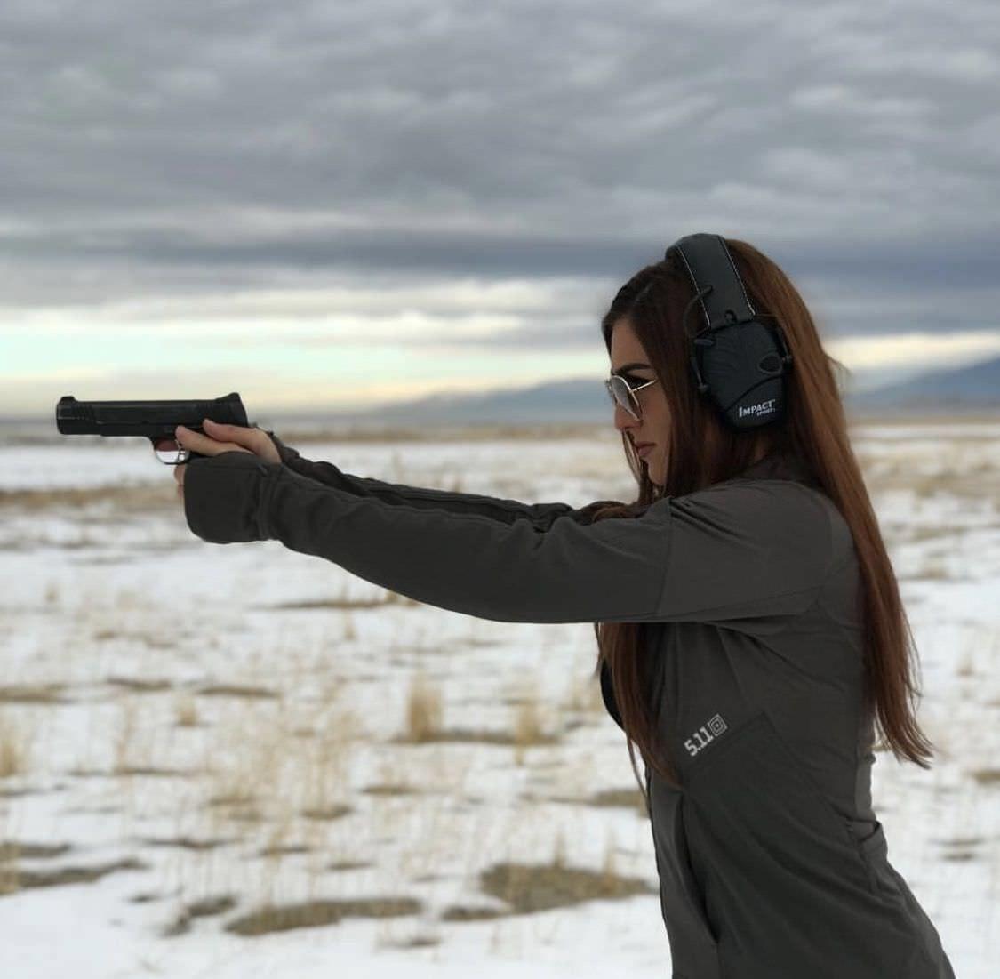 Картинки девушки брюнетки с ружьем