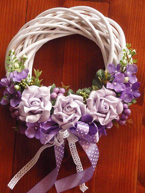 Veniec s fialovými ružami
