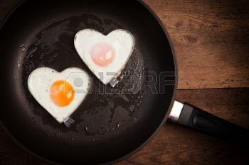 Huevo frito coraz�n del amor, en una sart�n photo