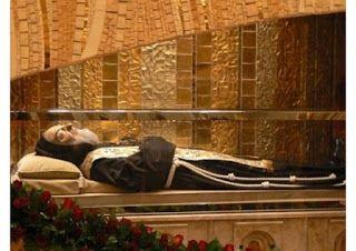 Ministério Música Arcanjo Miguel: Corpo de Padre Pio exposto em Roma e Pietrelcina