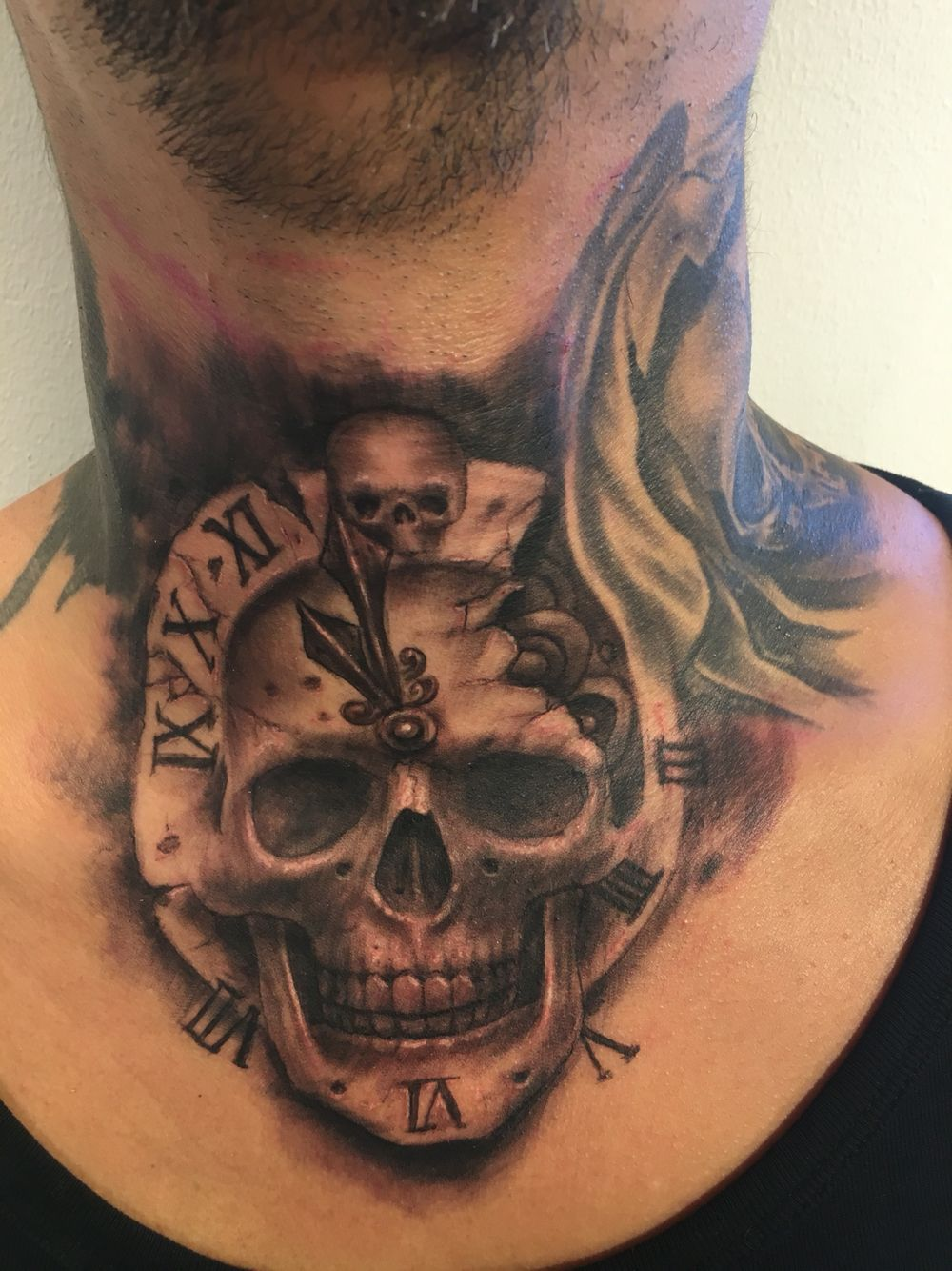 Skull tattoo neck clock Neck tatto, Tatoo, Tattoo pescoco