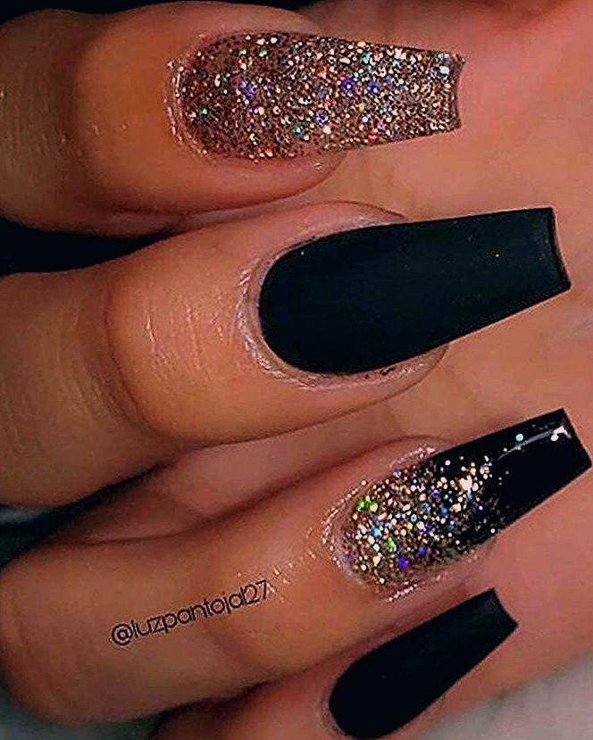 Photo of Erstaunliche schwarze Nägel mit goldglitzerndem Design in Sargform   – Coffin Nails
