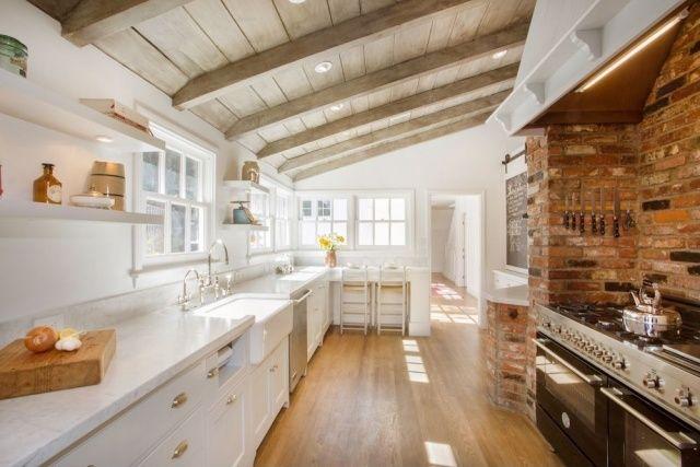 Landhaus-inspirierte Küche vermittelt Gemütlichkeit-Ziegelmauer - küche landhaus modern