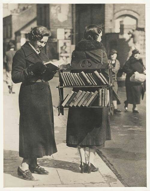 A Whole New Meaning To Walking Library Photo Vintage Lecture Librairies