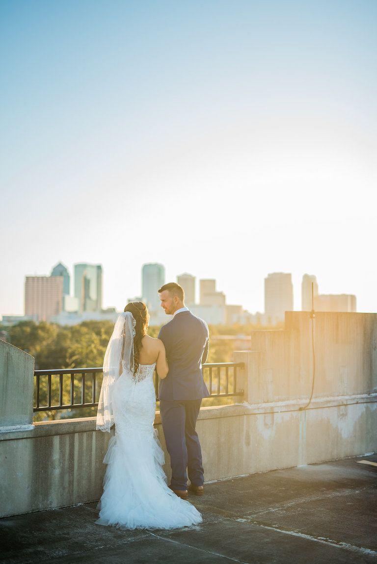 Industrial Chic Rooftop Hochzeit Porträt mit Tampa Skyline, Braut in ...