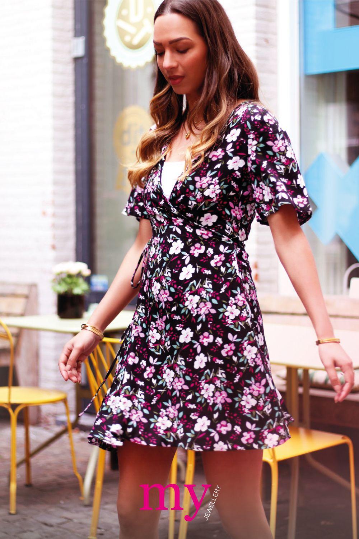 Wonderbaar Met dit vrolijke overslag jurkje met bloemen ben jij helemaal JK-84
