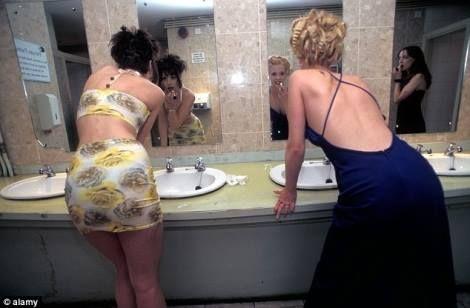 """¿QUÉ PASA EN EL BAÑO DE MUJERES?  Tras las puertas de ese """"dibujito"""" con vestido que indica que sólo las féminas pueden acceder a ese mundo misterioso, ¡pasan muchas cosas! El baño de mujeres es un enigma, es un laberinto, es una locura, es un psiquiátrico, es un escondite, es un sitio de secretos…  Sigue leyendo http://www.siempre-lindas.cl/que-pasa-en-el-bano-de-mujeres/"""