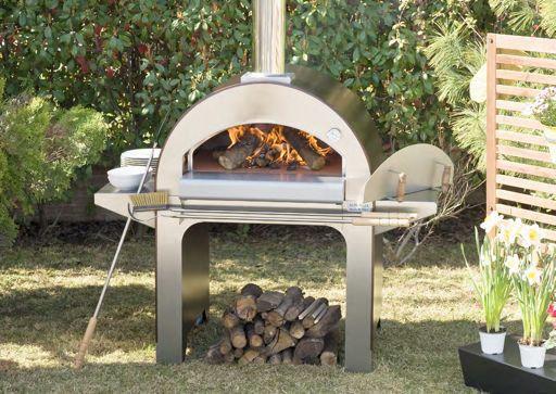 Forno 4 Pizze är en vedugn designad för familjen.