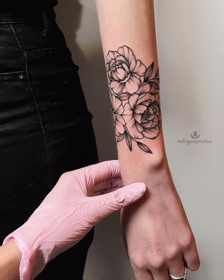 Photo of Tatouage floral sur le blackwork de l'avant-bras par Viktoriya Toropova #wristtattoos