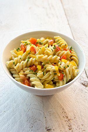 Koude pastasalade met curry, paprika en bieslook. Lekker bijgerecht voor de BBQ, fondue, gourmet of steengrill. Ik kook de pasta gaar en niet beetgaar #koudehapjes Koude pastasalade met curry, paprika en bieslook. Lekker bijgerecht voor de BBQ, fondue, gourmet of steengrill. Ik kook de pasta gaar en niet beetgaar #koudehapjes